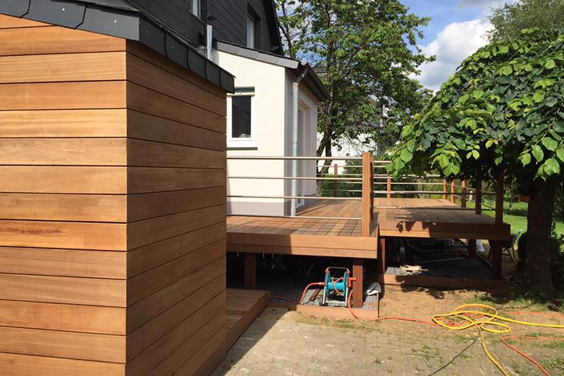 Réalisation d'une terrasse surélevée en bois exotique et d'un abri à bois