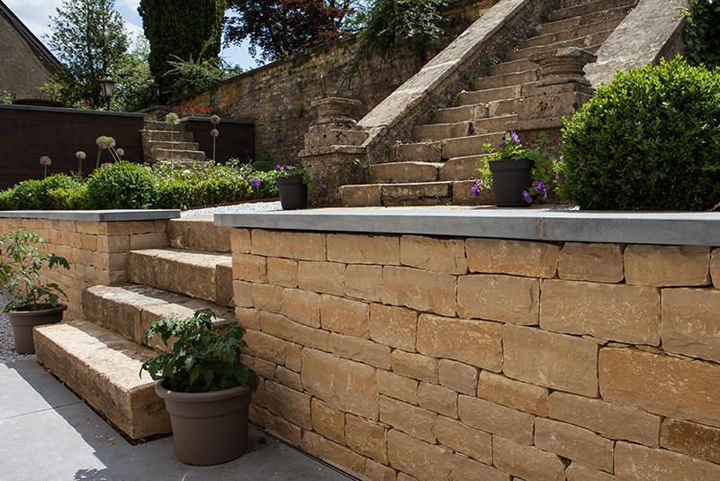 Erbat Réalisation d'une terrasse mur à sec,tablette en pierre bleue,dallage en mégadalles pierre bleue, rénovation du bas de l'escalier en dalles de Fontenoille